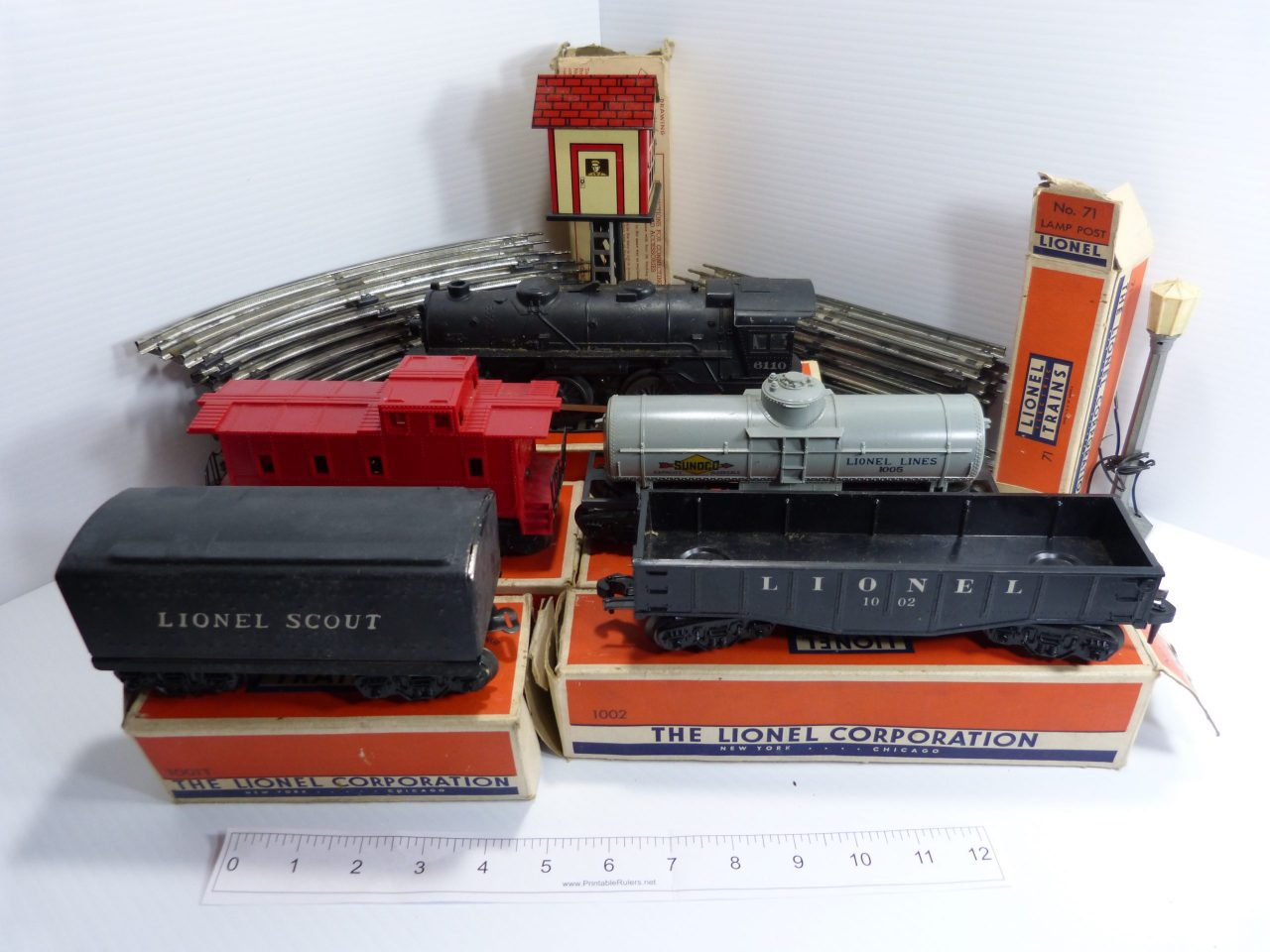Lionel O-Gauge Train Wagons and Accessories Lot